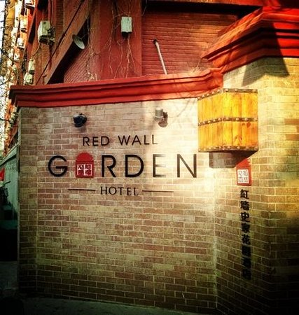 Red Wall Garden Hotel: Hotel Entrance