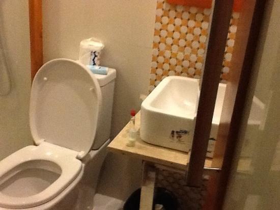Eurotel Pedro Gil: salle de bain, petite et un peu vieillotte