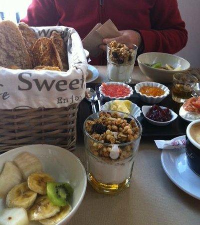 Baker & CO: Fruta, granola, cesta de panes y cuencos dulces