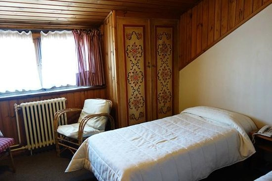 Hosteria La Casita : Lovely, bright twin room with traditional Swiss-style interior design at Casita Suiza