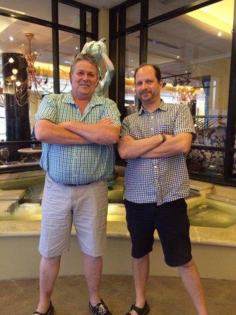 Wine Divas Tour: ツアーガイドのグレッグさん(左)と私の主人のグレッグ!!偶然 同じ名前となぜか、同じ誕生日と同じようなシャツ!!!
