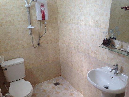 Le Coco De Mer Bungalows & Restaurant : Privet bathroom