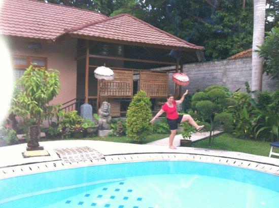 Hotel Baruna: Beside villa pool