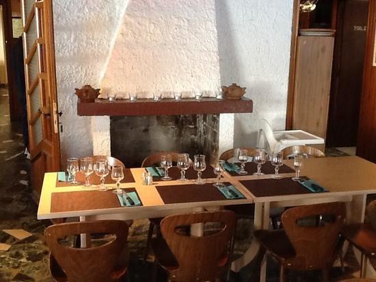 Hotel Eliova l'Eau Vive: Dining room set for lunch