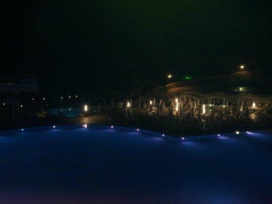 Orka Sunlife Hotel: Pools at night