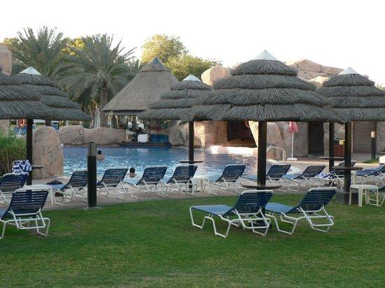 Danat Al Ain Resort: Pool hinter dem Hotel