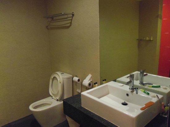 Alfresco Phuket Hotel: Bathroom