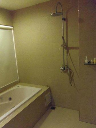 Alfresco Phuket Hotel: Bathroom view