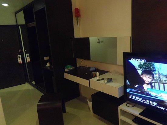 Alfresco Phuket Hotel: wardrobe, TV and mirror
