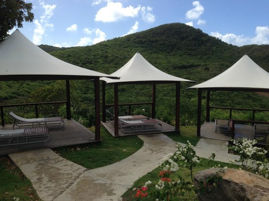 Sugar Ridge: Carmichael's beds by pool - so often empty!