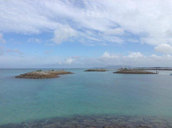 Sheraton Okinawa Sunmarina Resort: 湾との間の人工島