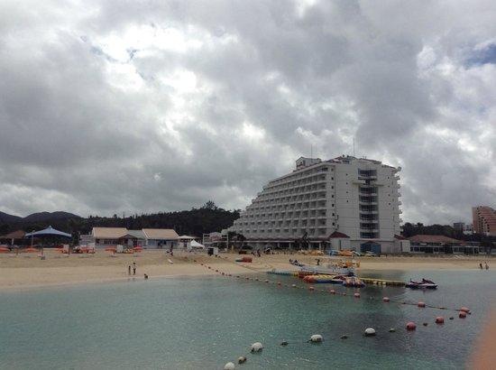 Sheraton Okinawa Sunmarina Resort : 海から見たホテル外観