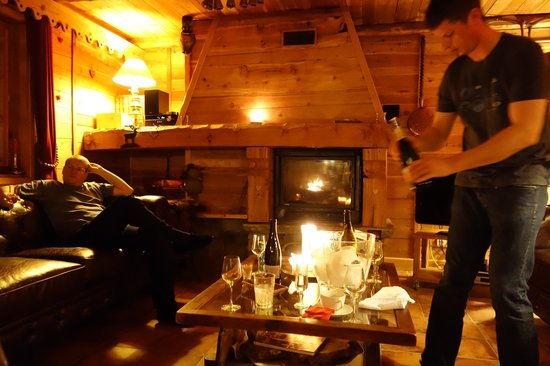 Chalet Le Bullou : Champagne and canapes evening in front of fire