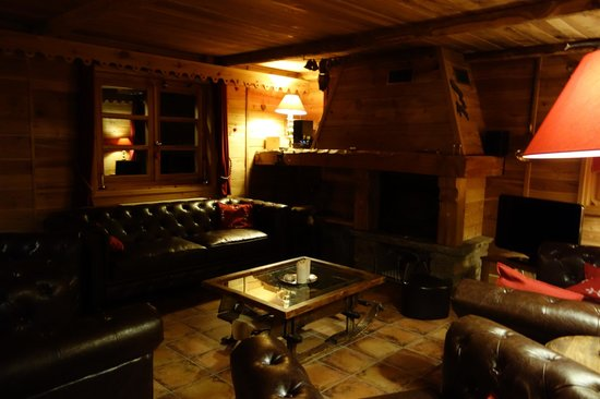 Chalet Le Bullou : Upstairs lounge with fire