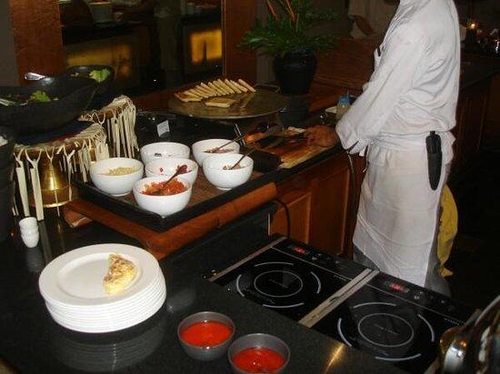 Maya Sari Restaurant: Made to order eggs and martabak telur