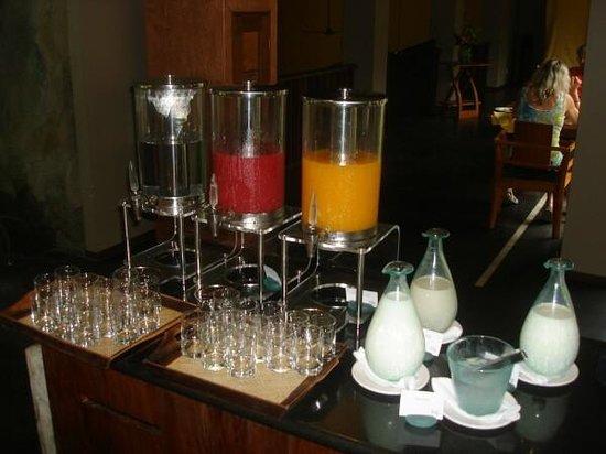 Maya Sari Restaurant: 3 different fresh juices, milk, etc.