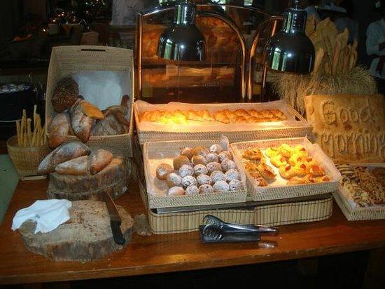 Maya Sari Restaurant: The other pastry/toast station