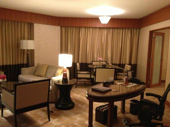 Conrad Bangkok Hotel : Living area of room