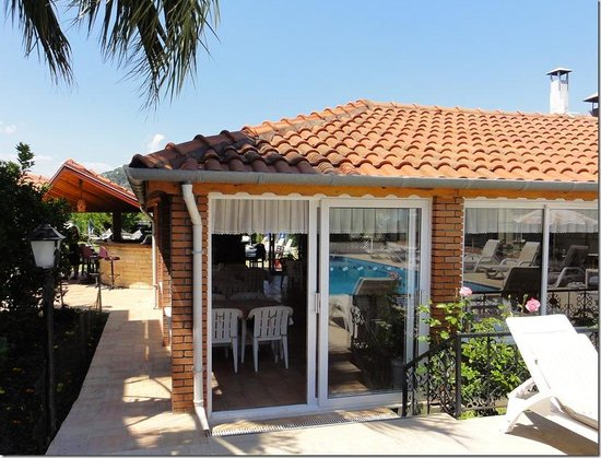 Crescent Hasirci Hotel & Villas: Breakfast room and outside bar