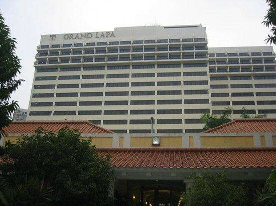 Grand Lapa Macau: プールからホテルの部屋を臨む