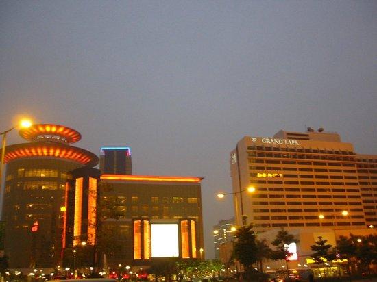 Grand Lapa Macau: ホテル夜景、隣は大カジノ SANDS