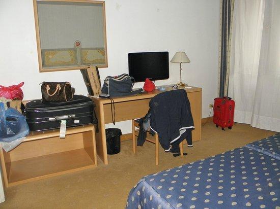 Tivoli Hotel Prague: TV e scrivania di fronte al letto