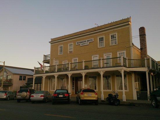 Mendocino Hotel and Garden Suites : ホテルの前からの外観