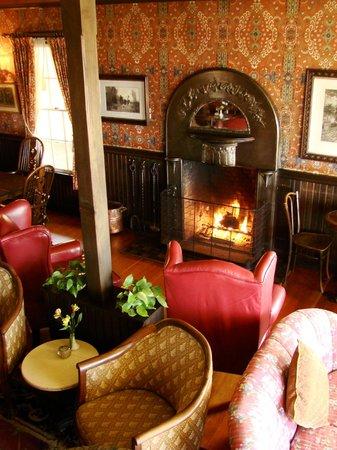 Mendocino Hotel and Garden Suites: ロビーの暖炉