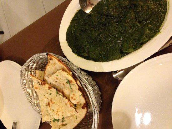 Myra Restaurant: Spinach purée with potato / garlic naan