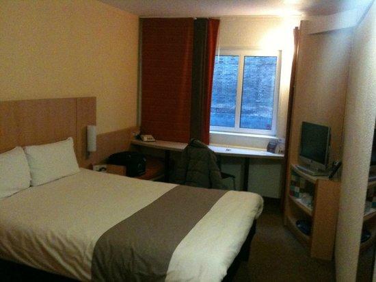 Ibis Sheffield City: stanza scrivania finestra