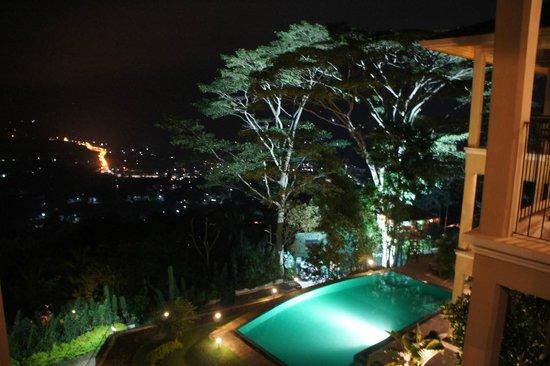 Randholee Resort & Spa: Nighttime view