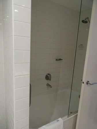 Adina Apartment Hotel Melbourne Northbank: Bath room