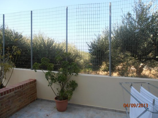 Matheos Apartments : fencing on patio