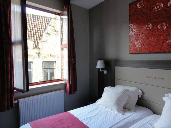 Academie Hotel : Bedroom overlooking the street, big and light