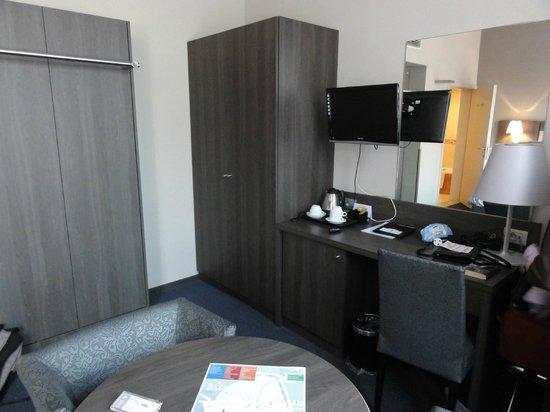 Academie Hotel : Roomy bedroom with fridge