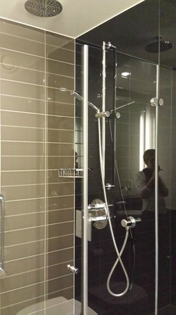 Aviator Hotel: Clean and modern bathroom with a powerful shower