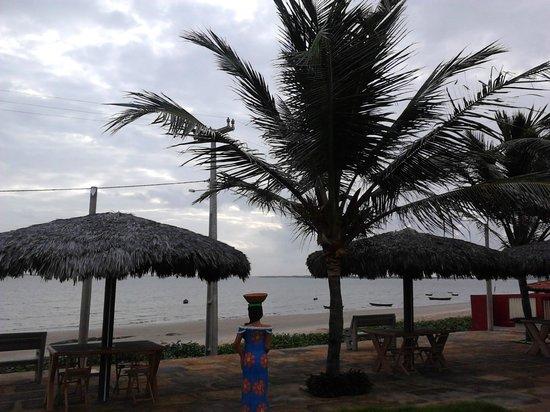 Pousada Jagatá: Jardim com a vista para a praia