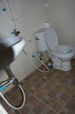 Bayon Garden Guesthouse: Bad mit Toilettenbürste unter der Dusche