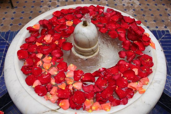 Riad le Clos des Arts : The courtyard had a lovely fountain and was filled with rose petals.