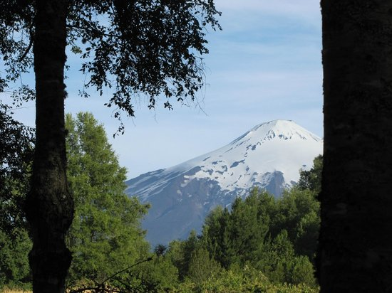La Codorniz: Vulcan Villarrica from the park benches on the property