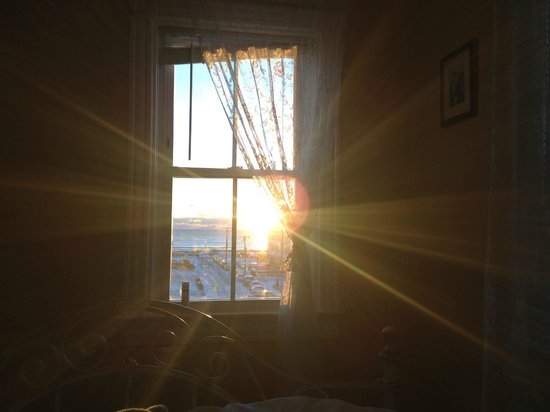 The Inn at Ocean Grove : Watching the sunrise from the bed in Room 10!
