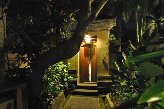The Ubud Village Resort & Spa : entrance to villa at night