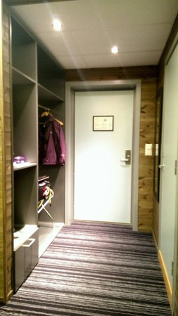 Svalbard Hotel: Entrance of room with luggage storage and tea making facilities on the left and bathroom on righ