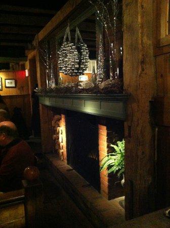 Harrison's Restaurant & Bar: Cozy fireplace.