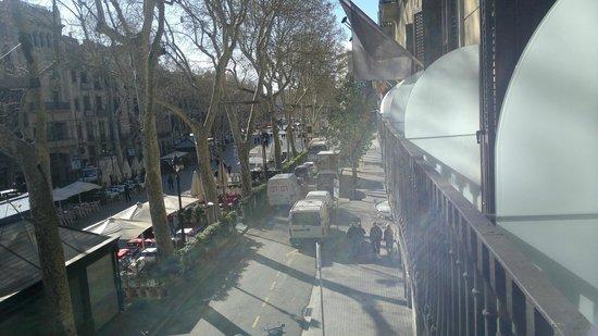 Hotel Arc La Rambla: View from balcony to La Rambla