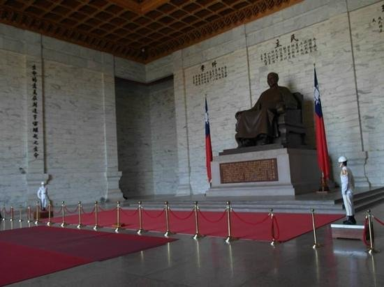 Mémorial Tchang Kaï-chek : The guards flanking the man