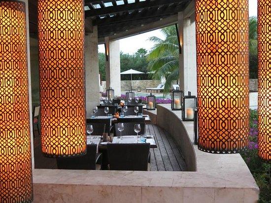 Rosewood Mayakoba: Main restaurant at dusk