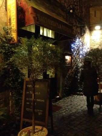 Trattoria Tipica La pergola: Porta d'ingresso ristorante 'La Pergola'
