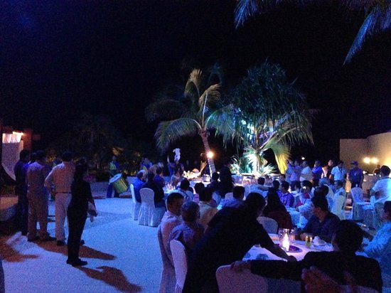 ME Cancun : outside dining/entertainment