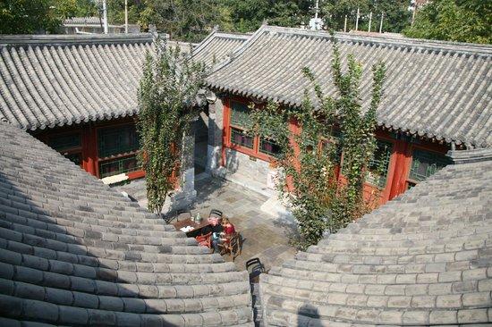 Fly by Knight Courtyard Beijing: 屋頂上的好風景
